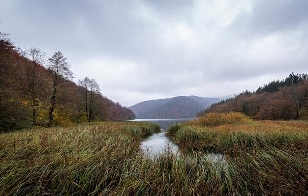 Piękne ujęcie jeziora i gór w parku narodowym jezior plitwickich w chorwacji