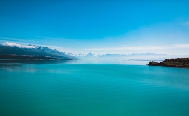 Piękne ujęcie jeziora pukaki i mount cook w nowej zelandii