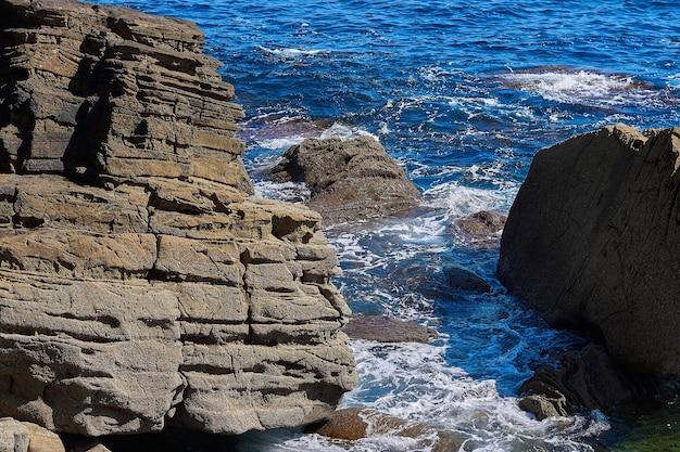 Piękne ujęcie kamienia w morzu z falą