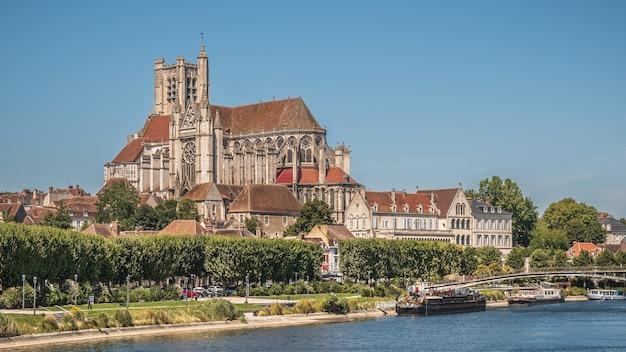 Piękne ujęcie katedry w auxerre w pobliżu rzeki yonne w słoneczne popołudnie we francji