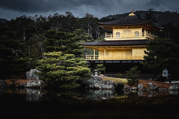 Piękne ujęcie kinkaku-ji kyoto w japonii