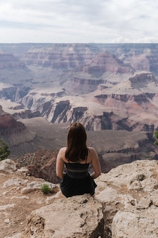 Piękne ujęcie kobiety cieszącej się widokiem na park narodowy wielkiego kanionu grand usa