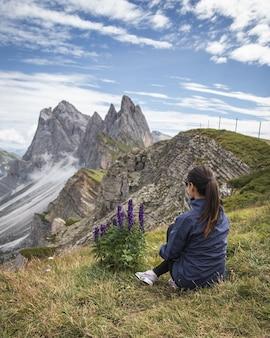 Piękne ujęcie kobiety spoglądającej na góry w parku przyrody puez-geisler, miscì we włoszech