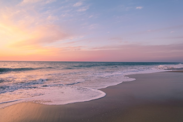 Piękne ujęcie kolorowe zachód słońca na plaży