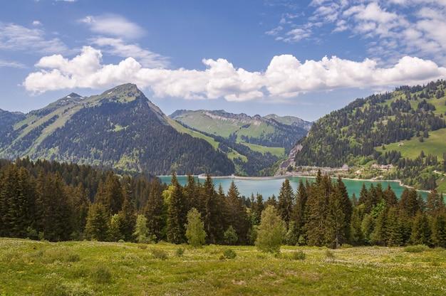 Piękne ujęcie lac de l'hongrin z czystym, błękitnym niebem