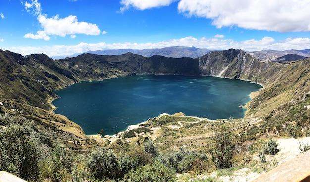 Piękne ujęcie laguna quilotoa, quinta, ekwador
