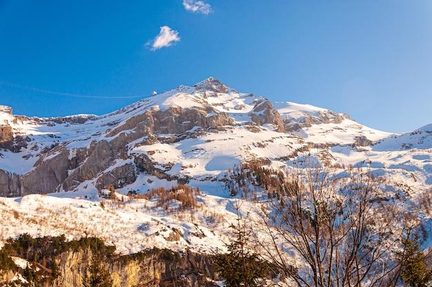 Piękne ujęcie lodowca diablerets pod błękitnym niebem w szwajcarii