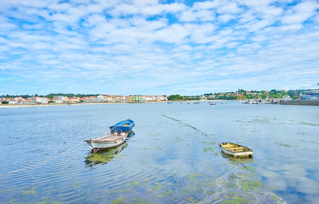 Piękne ujęcie łodzi na wodzie pod jasnym pochmurnym niebem