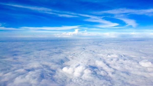 Piękne ujęcie lotnicze zapierających dech w piersiach chmur i niesamowitego błękitnego nieba powyżej