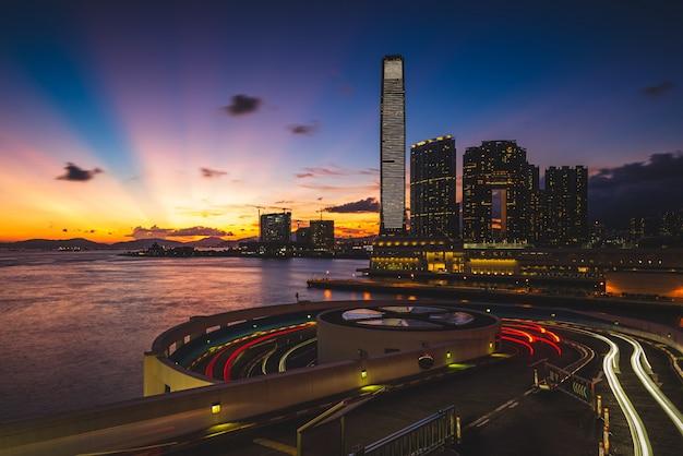 Piękne ujęcie miasta z nowoczesną architekturą i niesamowitą scenerią