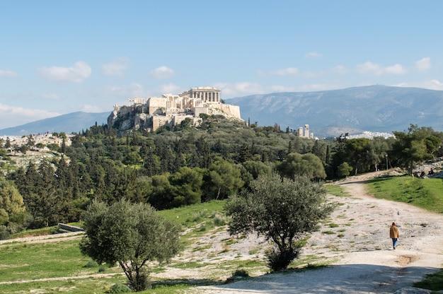 Piękne ujęcie monumentalnego wzgórza filopappou w atenach w ciągu dnia