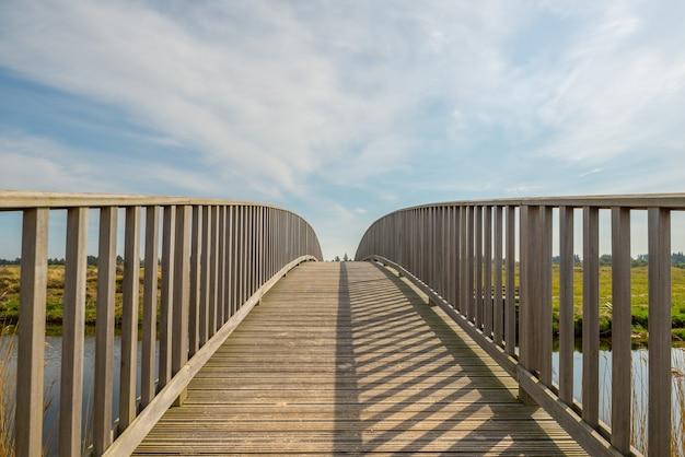 Piękne ujęcie mostu nad rzeką na czystym niebie