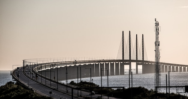 Piękne ujęcie mostu oresund z samochodami w szwecji