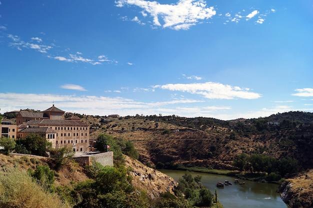 Piękne ujęcie museo del greco na wzgórzu w toledo w hiszpanii