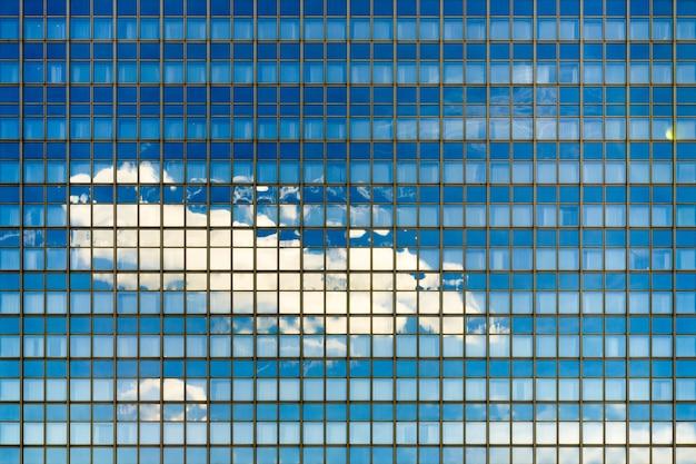 Piękne ujęcie niebieskiego nowoczesnego budynku ze szklanymi oknami, które są idealne do architektury