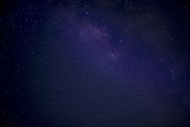 Piękne ujęcie niebiesko-fioletowego nieba wypełnionego startami