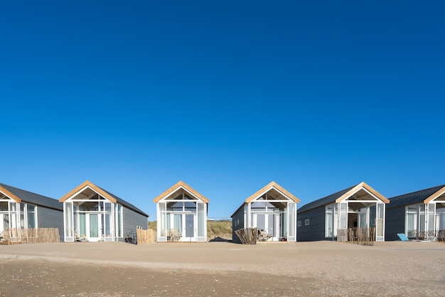 Piękne ujęcie odpoczynku kabin na piaszczystej plaży