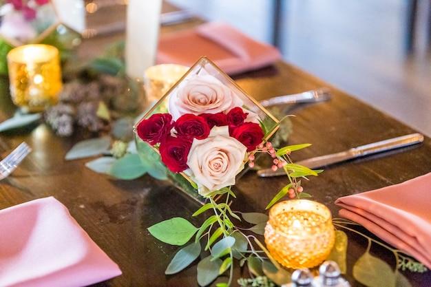 Piękne ujęcie oryginalnej ślubnej dekoracji kwiatowej