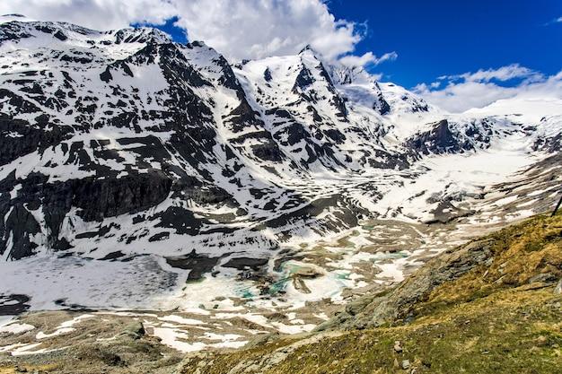 Piękne ujęcie ośnieżonych alp austriackich z drogi grossglockner high alpine