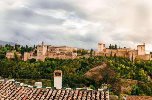 Piękne ujęcie pałacu alhambra otoczonego drzewami w granadzie, hiszpania
