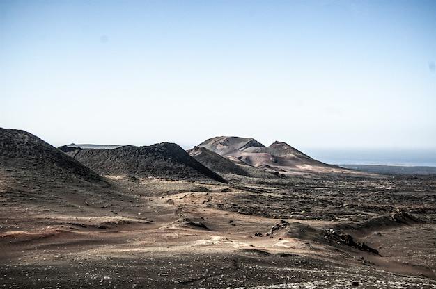 Piękne ujęcie parku narodowego timanfaya znajdującego się na lanzarote w hiszpanii