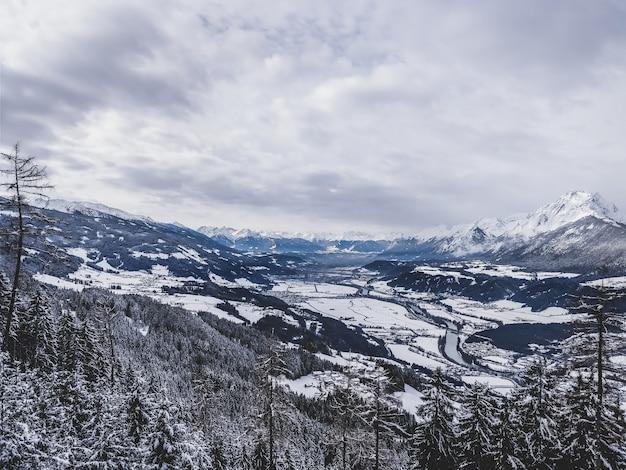 Piękne ujęcie pasma górskiego w zimny i śnieżny dzień w usa