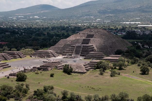 Piękne ujęcie piramidy słońca w teotihuacan w meksyku