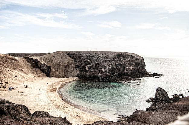 Piękne ujęcie playa de la cera na lanzarote. hiszpania w ciągu dnia