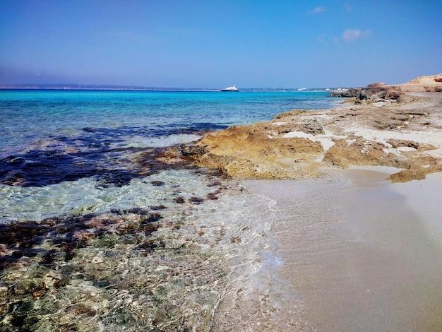 Piękne ujęcie plaży na formenterze w hiszpanii