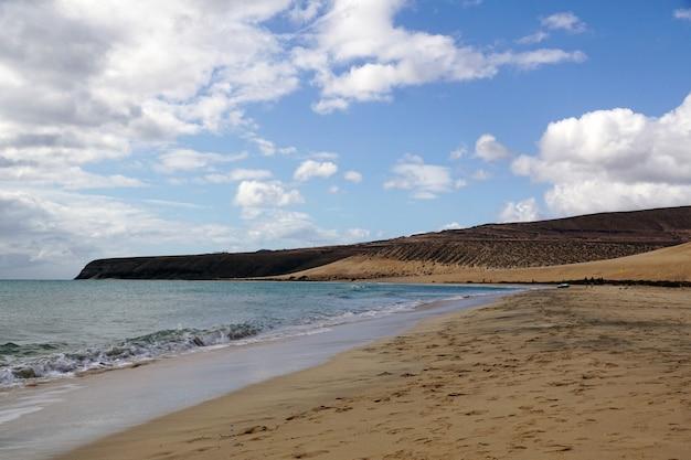 Piękne ujęcie plaży playa risco step na wyspie fuerteventura, hiszpania