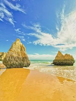 Piękne ujęcie plaży w algarve w portugalii