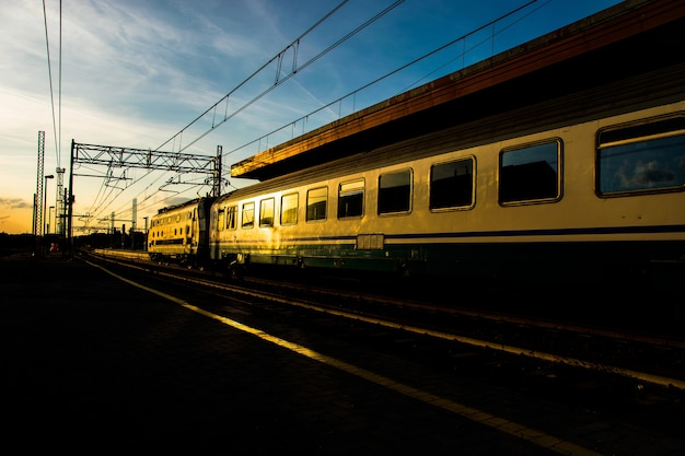 Piękne ujęcie pociągu w ruchu na stacji kolejowej