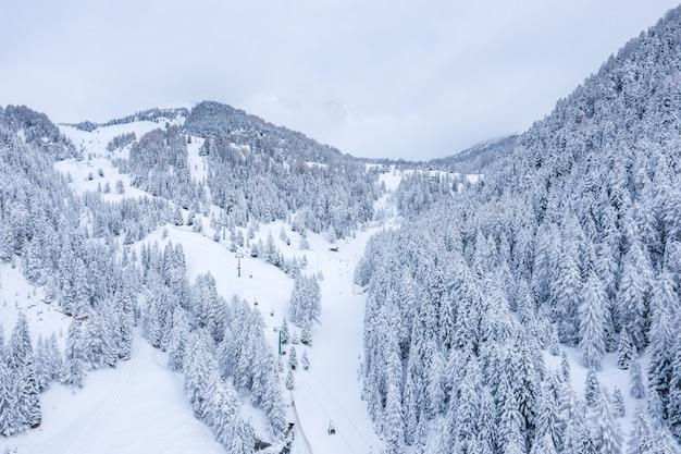 Piękne ujęcie pokrytych śniegiem gór zimą