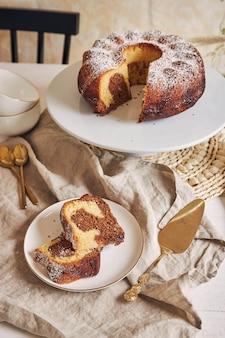 Piękne ujęcie pysznego ciasta w kształcie pierścienia na białym talerzu