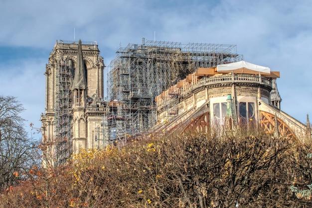 Piękne ujęcie renowacji wieży notre-dame de paris po pożarze w paryżu we francji