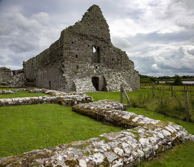 Piękne ujęcie ruin kościoła w hrabstwie mayo w irlandii