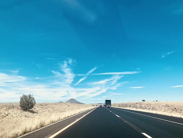 Piękne ujęcie samochodów na drodze pod błękitnym niebem