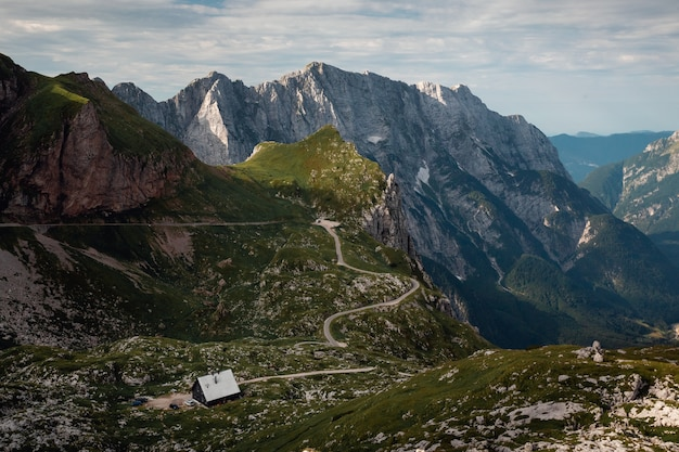 Piękne ujęcie siodła mangart, park narodowy triglav, słowenia