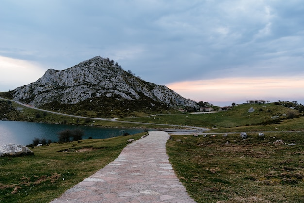 Piękne ujęcie skalistej góry w pobliżu jeziora w pochmurny dzień