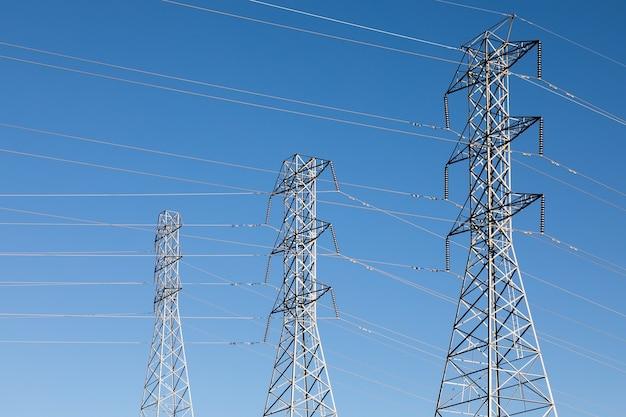 Piękne ujęcie słupów elektrycznych pod błękitnym niebem
