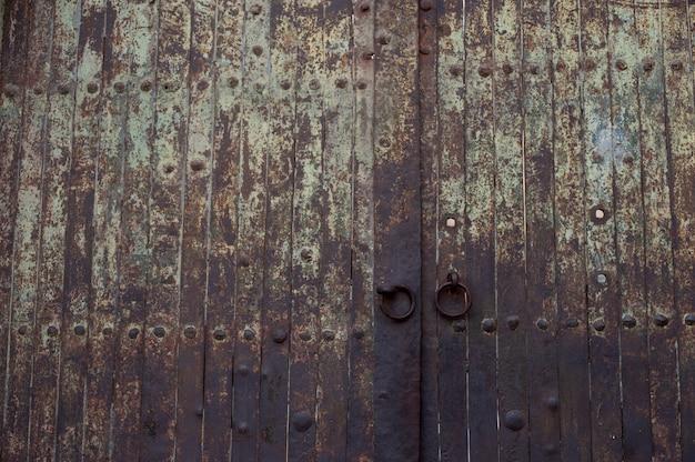 Piękne ujęcie starych historycznych zardzewiałych drzwi bramy