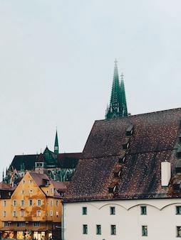 Piękne ujęcie steinerne brucke regensburg, niemcy
