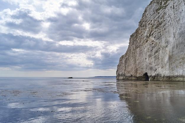 Piękne ujęcie stosu morskiego w dorset w anglii