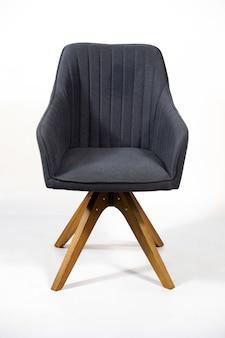 Piękne ujęcie stylowe szare krzesło na białym tle