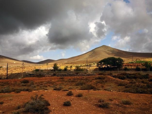 Piękne ujęcie suchych terenów parku narodowego corralejo w hiszpanii podczas sztormowej pogody