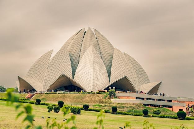 Piękne ujęcie świątyni lotosu w delhi w indiach pod zachmurzonym niebem