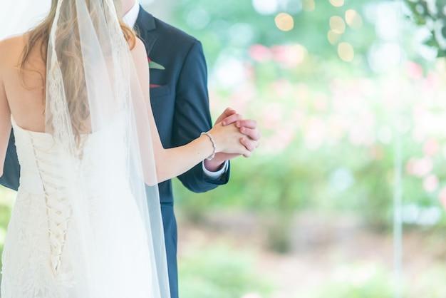 Piękne ujęcie tańców pary ślubnej w parku