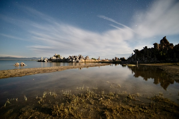 Piękne ujęcie tufa towers w mono lake tufa state natural reserve w kalifornii