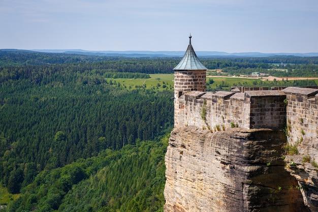 Piękne ujęcie twierdzy koenigstein otoczonej malowniczym leśnym krajobrazem w niemczech