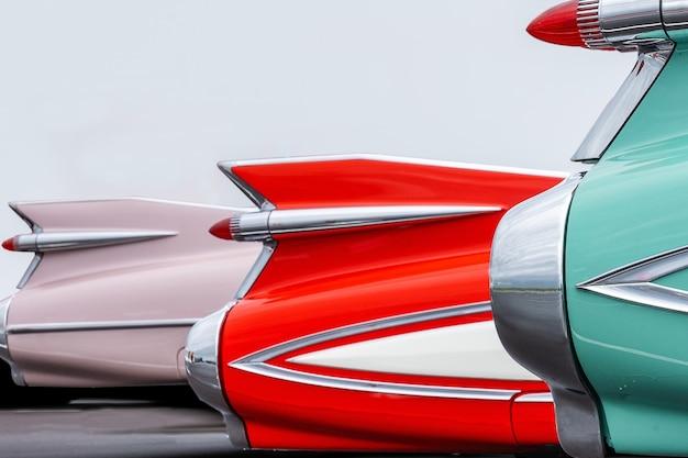 Piękne ujęcie tylnych świateł zabytkowych samochodów w żywych kolorach